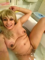 Mature Pippa takes her phone in the bath for a sexy selfie.