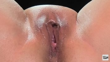 She shows very nice vaginal contractions while coming